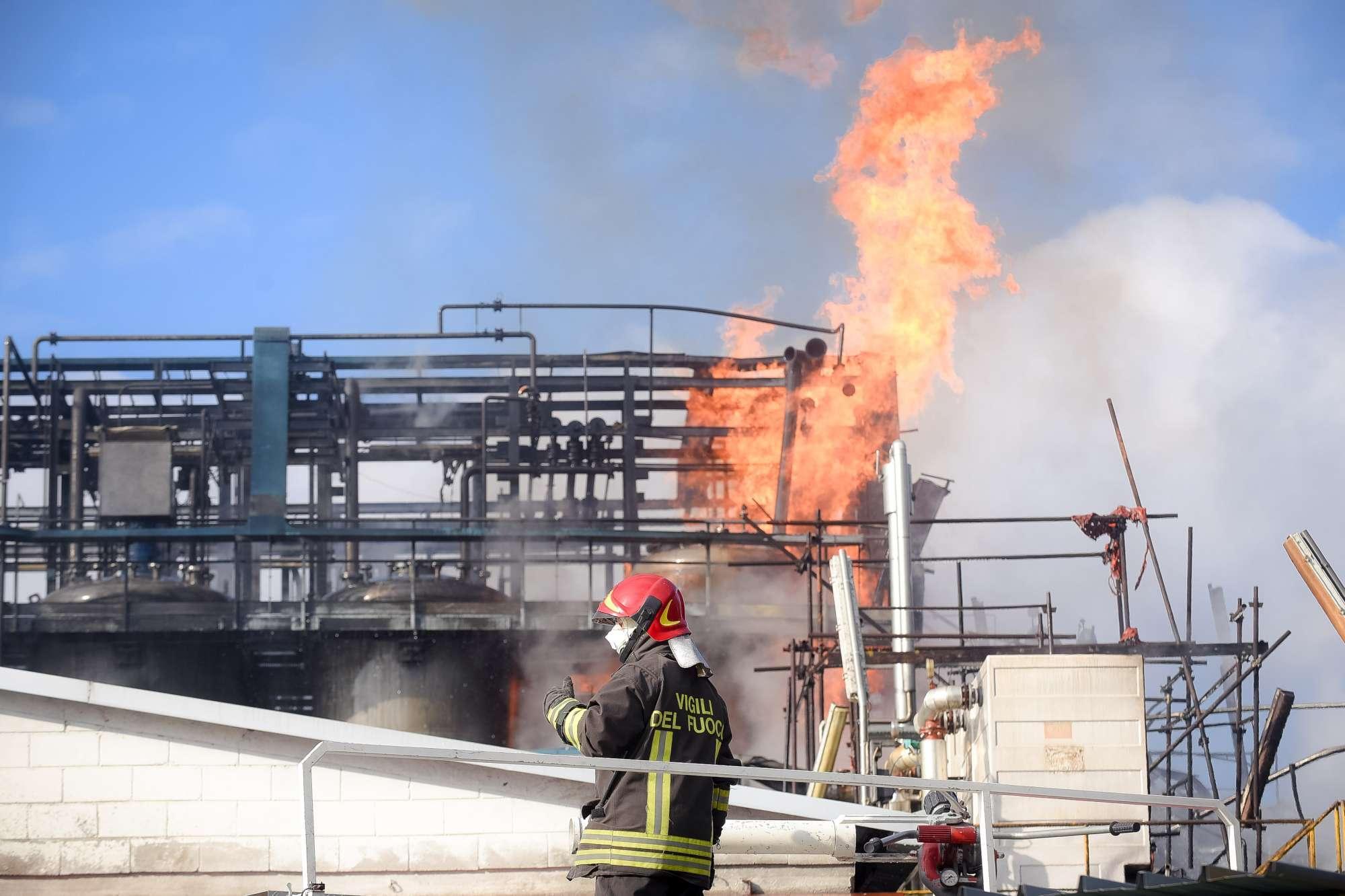 Como, esplosione in azienda rifiuti: fiamme e nuvola di fumo