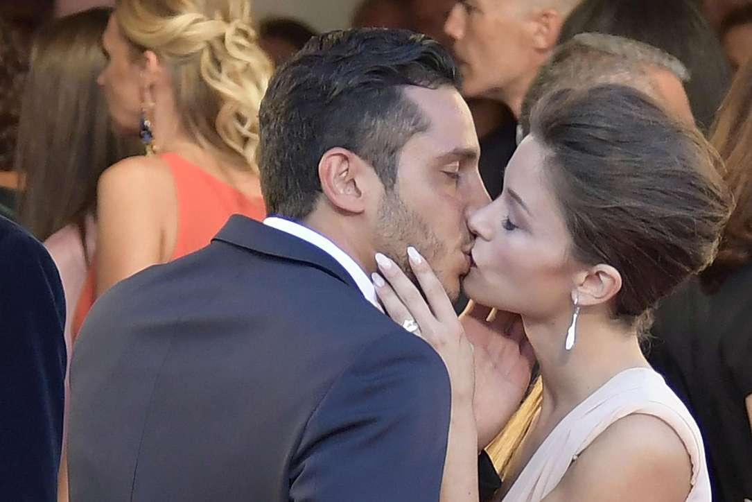 Alice Bellagamba, sul red carpet suggella il suo amore per il fidanzato con un bacio appassionato