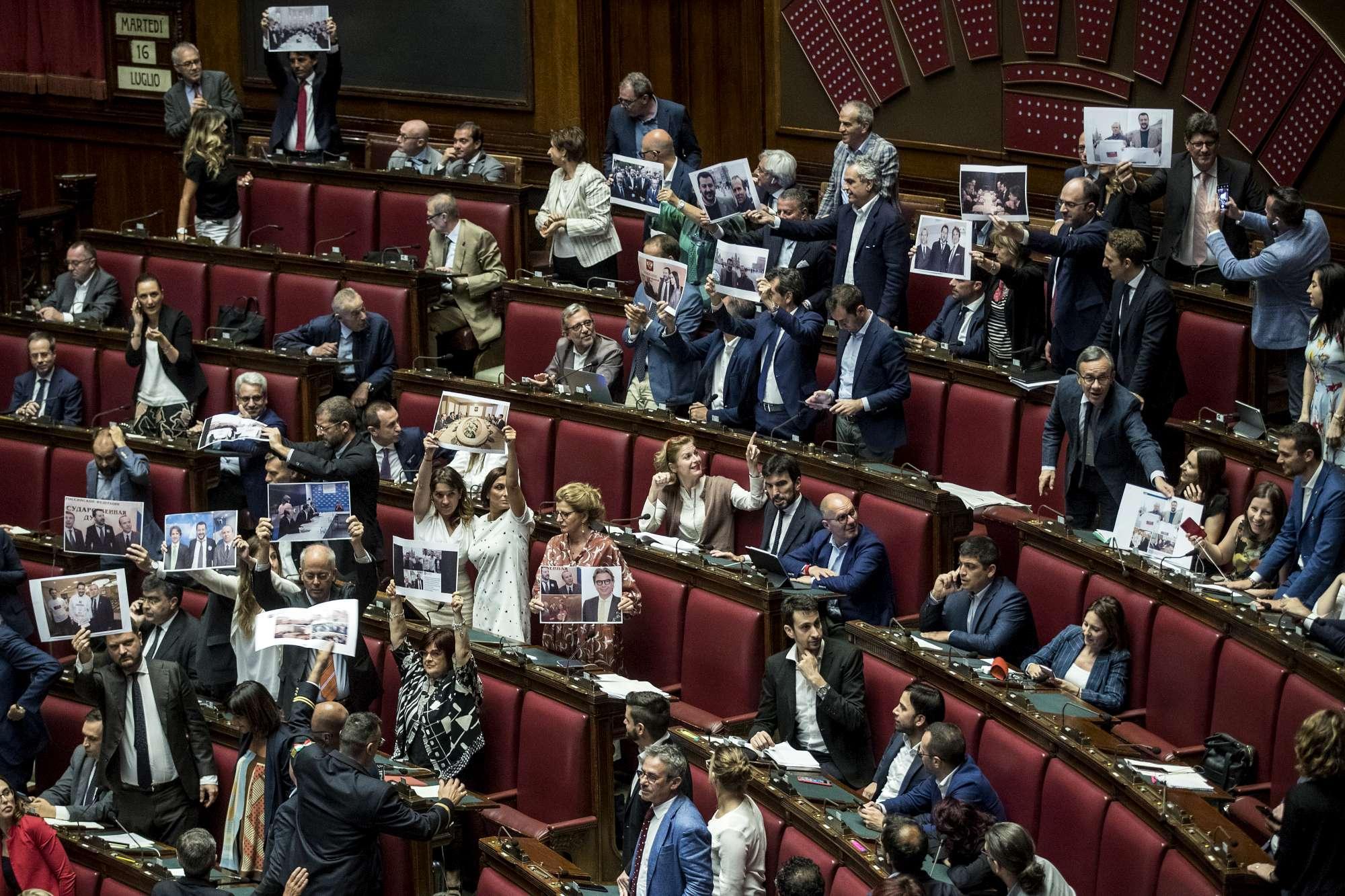 Camera, il Pd mostra in aula le foto di Salvini e Savoini