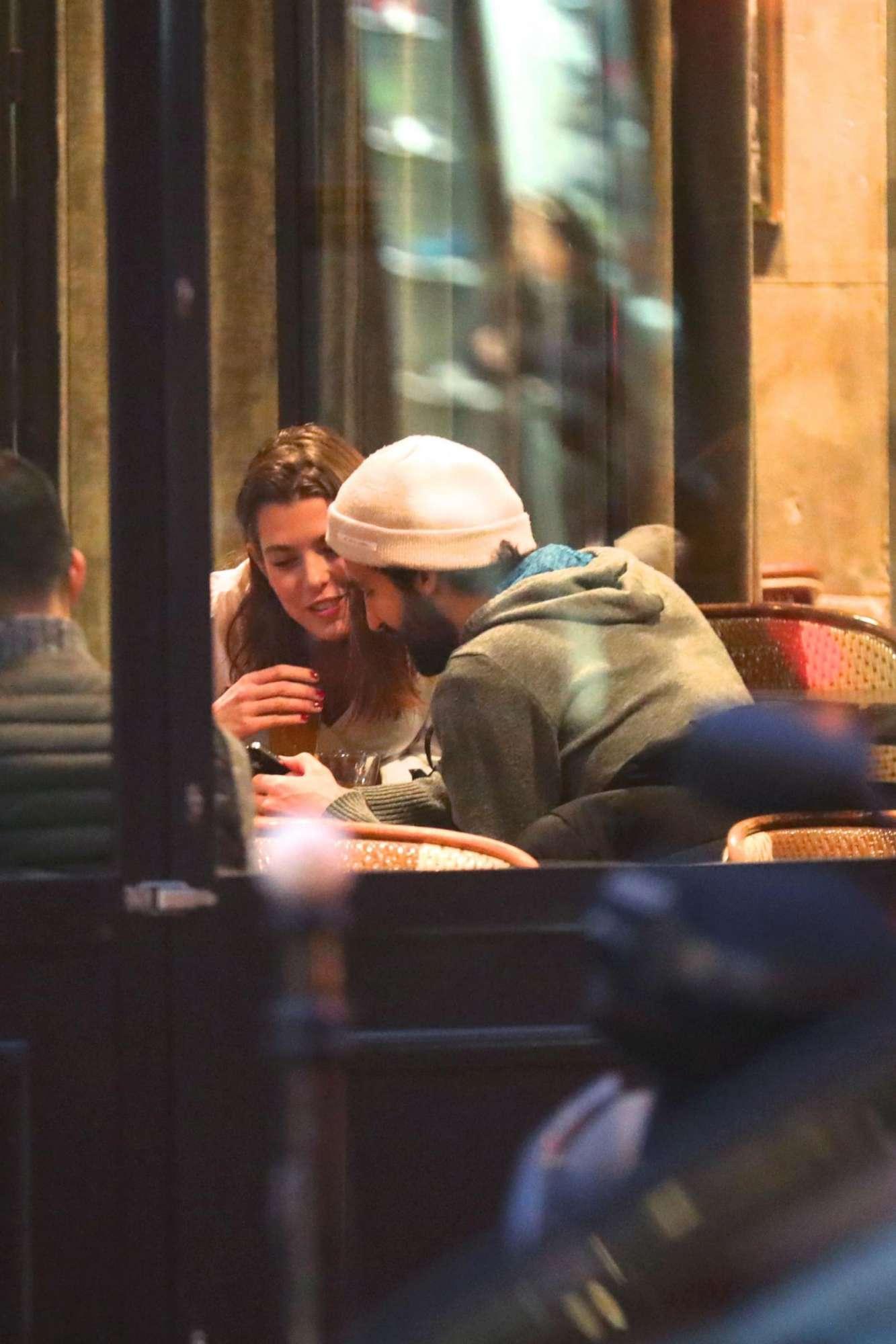 Charlotte Casiraghi in un bistrot di Parigi in dolce compagnia
