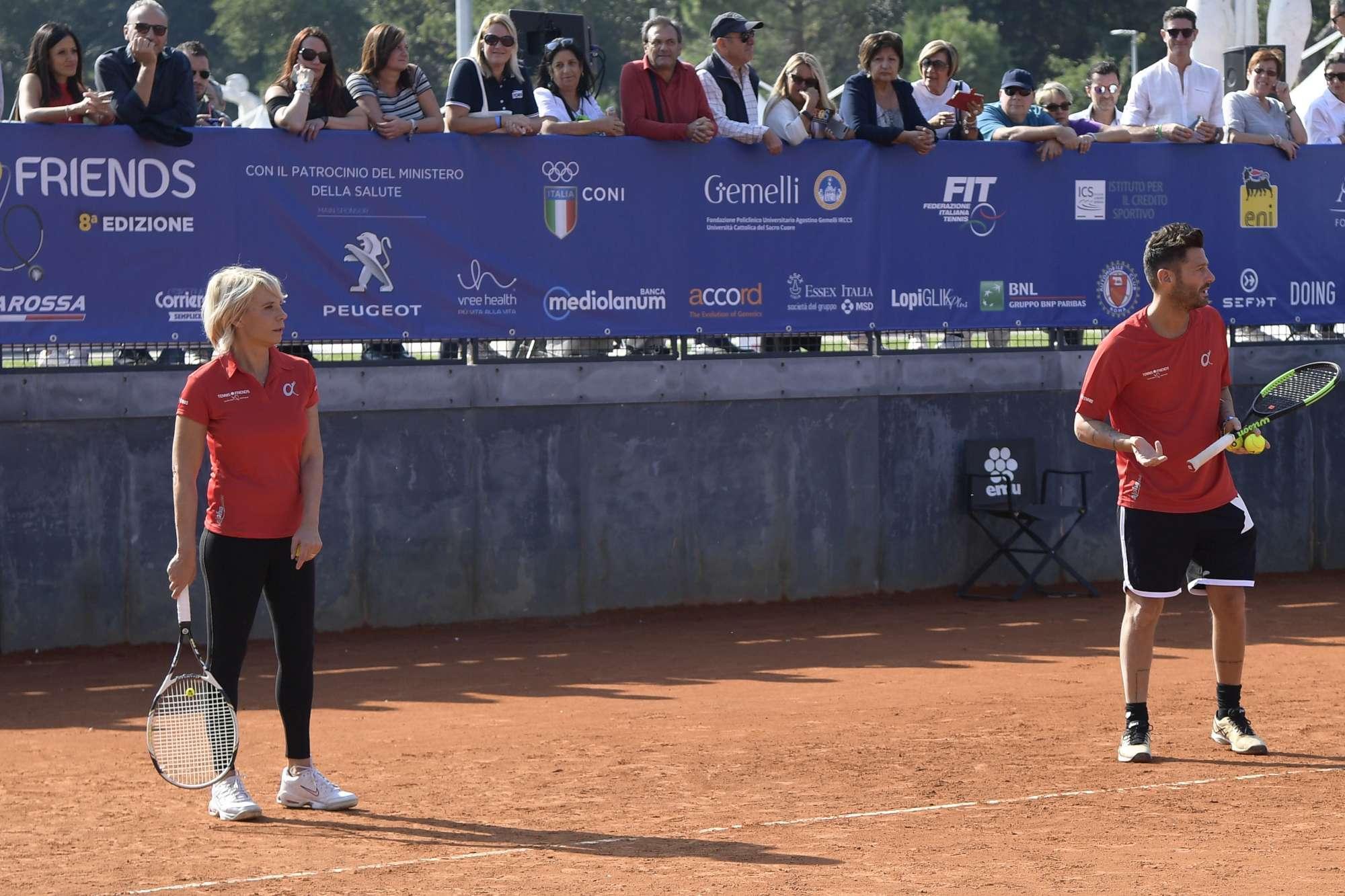 Maria De Filippi sfodera il suo  talent  per il tennis