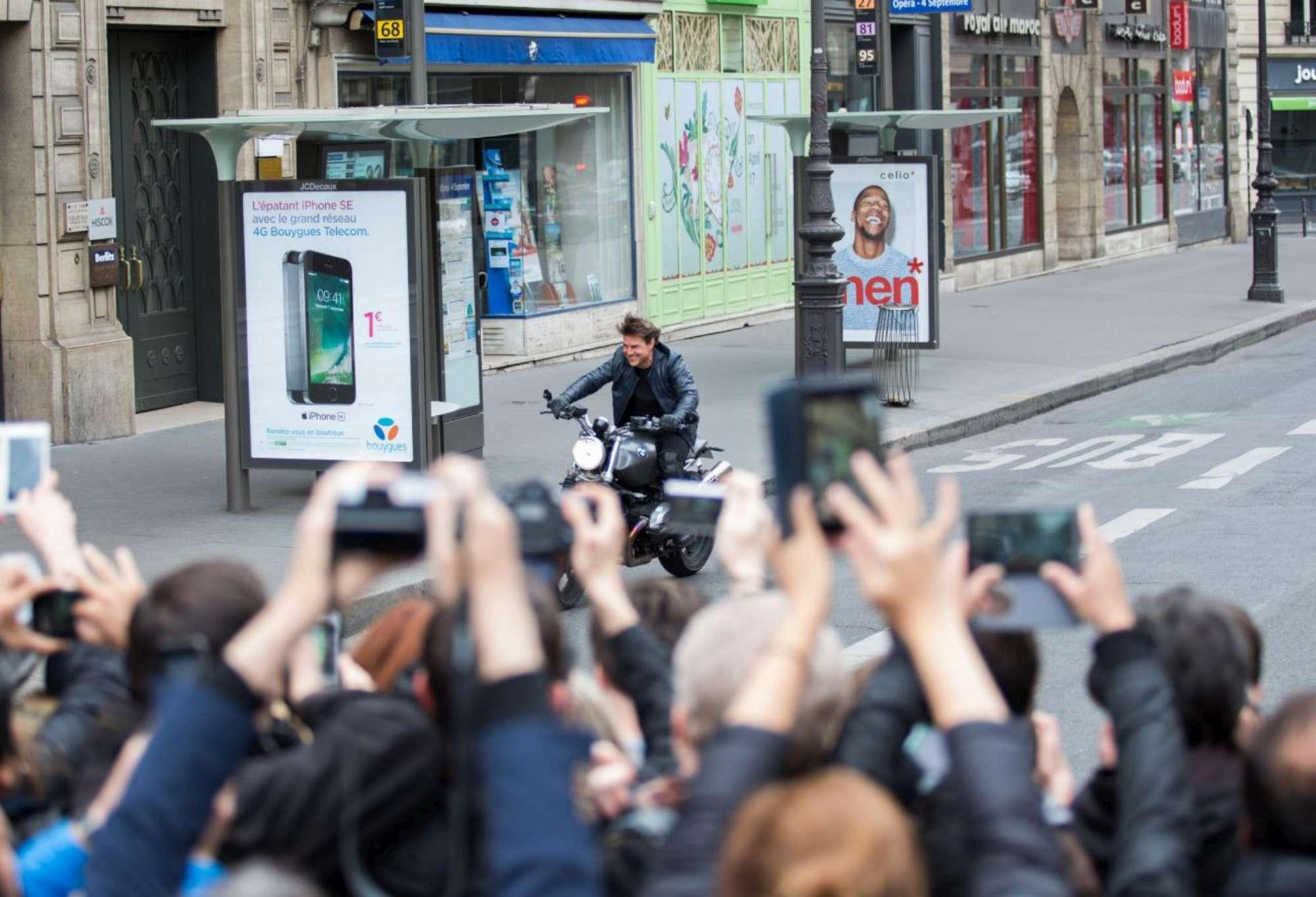 Tom Cruise sul set di  Mission Impossible 6  a Parigi