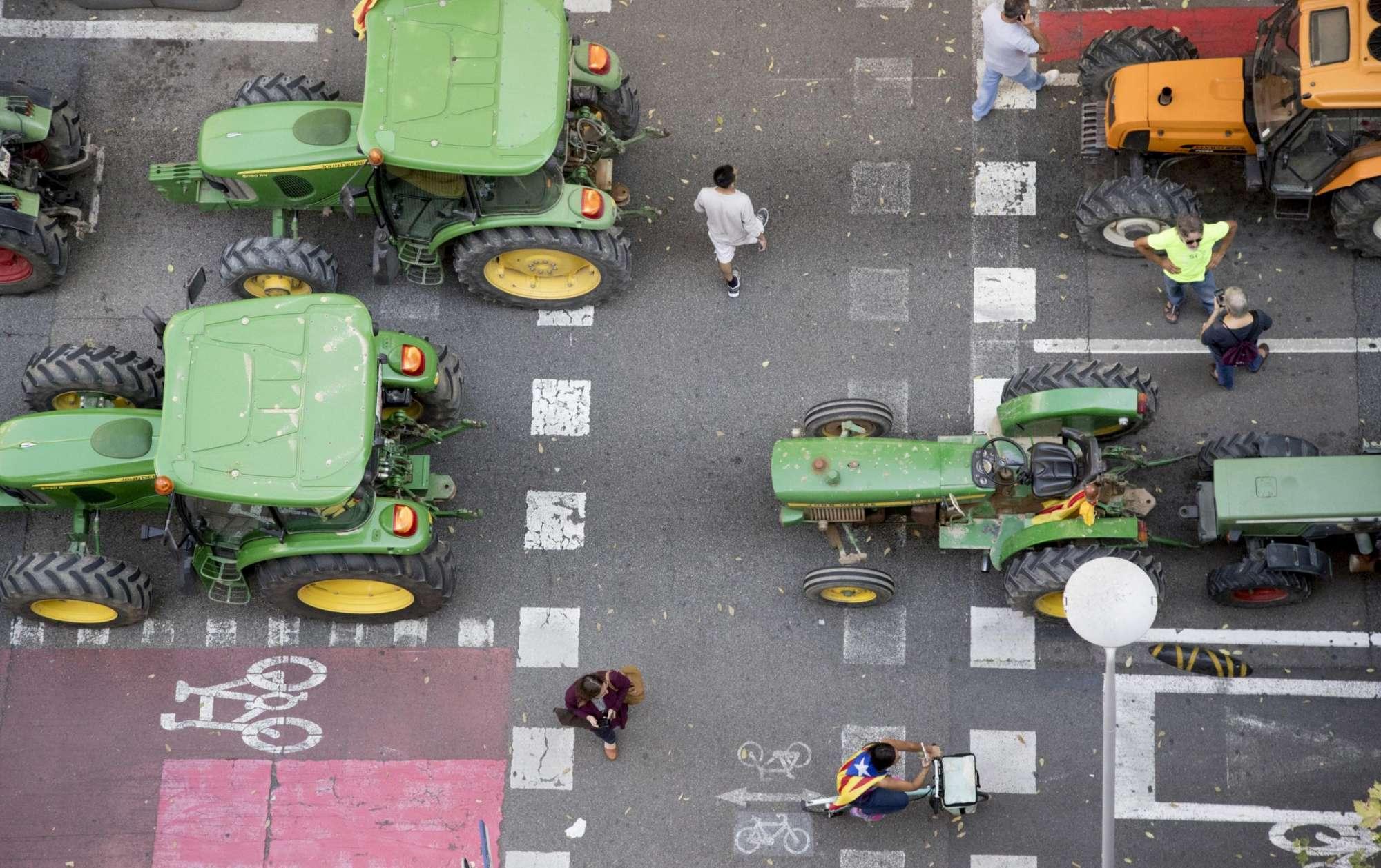 Catalogna, 2mila trattori in marcia pro referendum: 400 a Barcellona