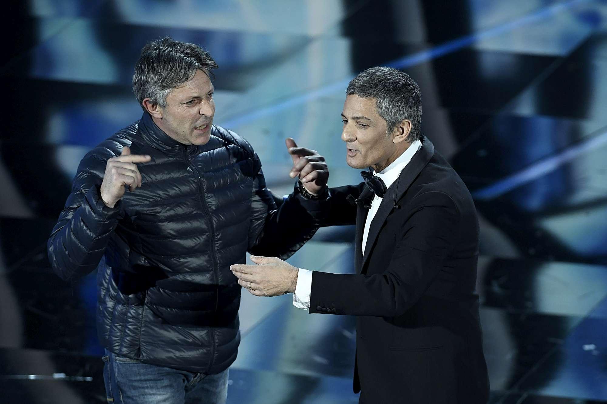 Sanremo, Fiorello  scaldapubblico  interrotto sul palco da un incursione