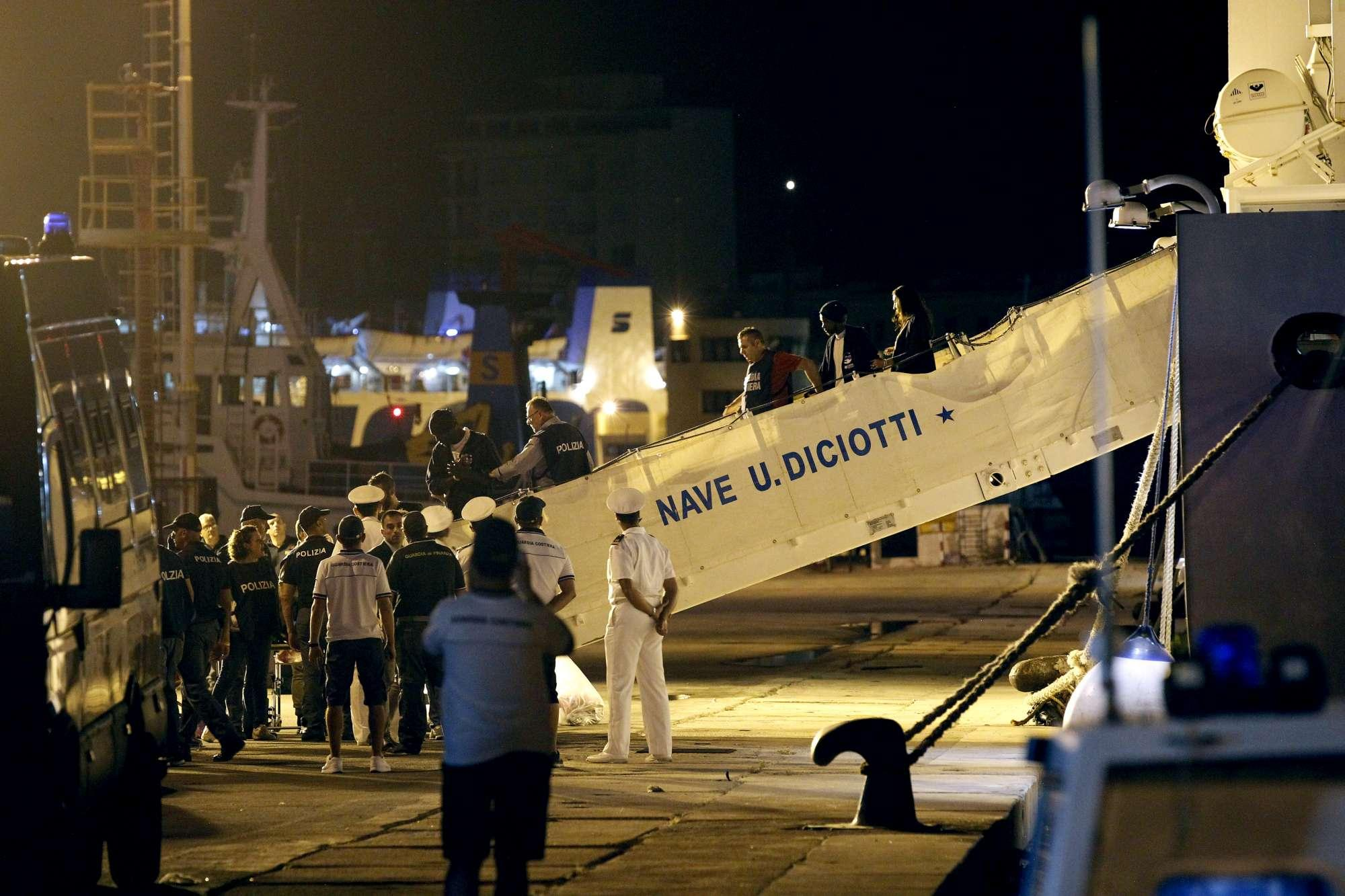 Nave Diciotti: finita l attesa, migranti sbarcano