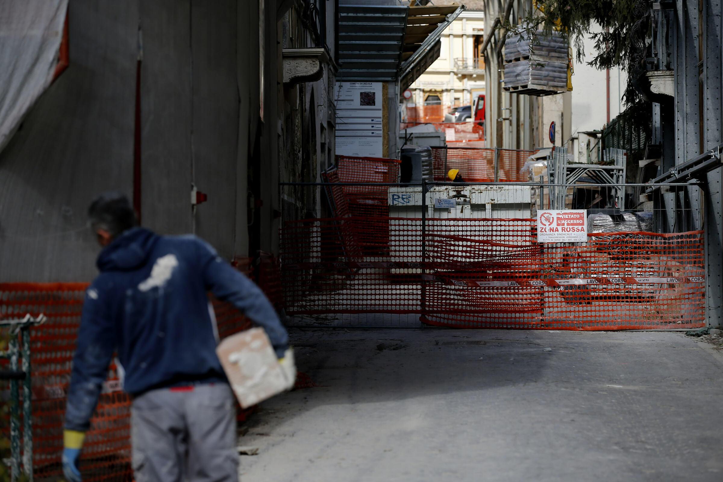 L Aquila a dieci anni dal terremoto del 2009: ancora transenne e macerie