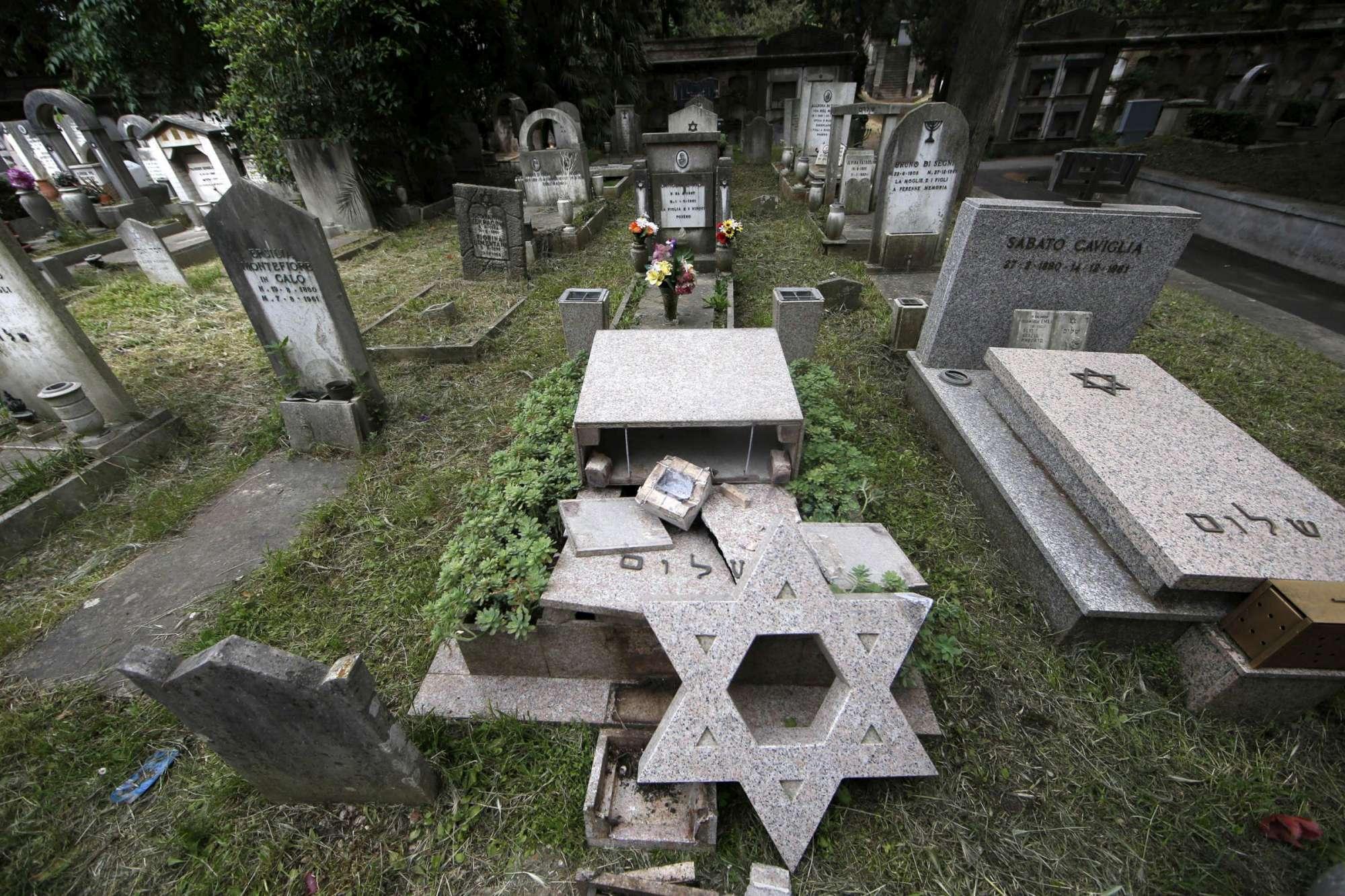 Roma, devastate tombe al cimitero del Verano