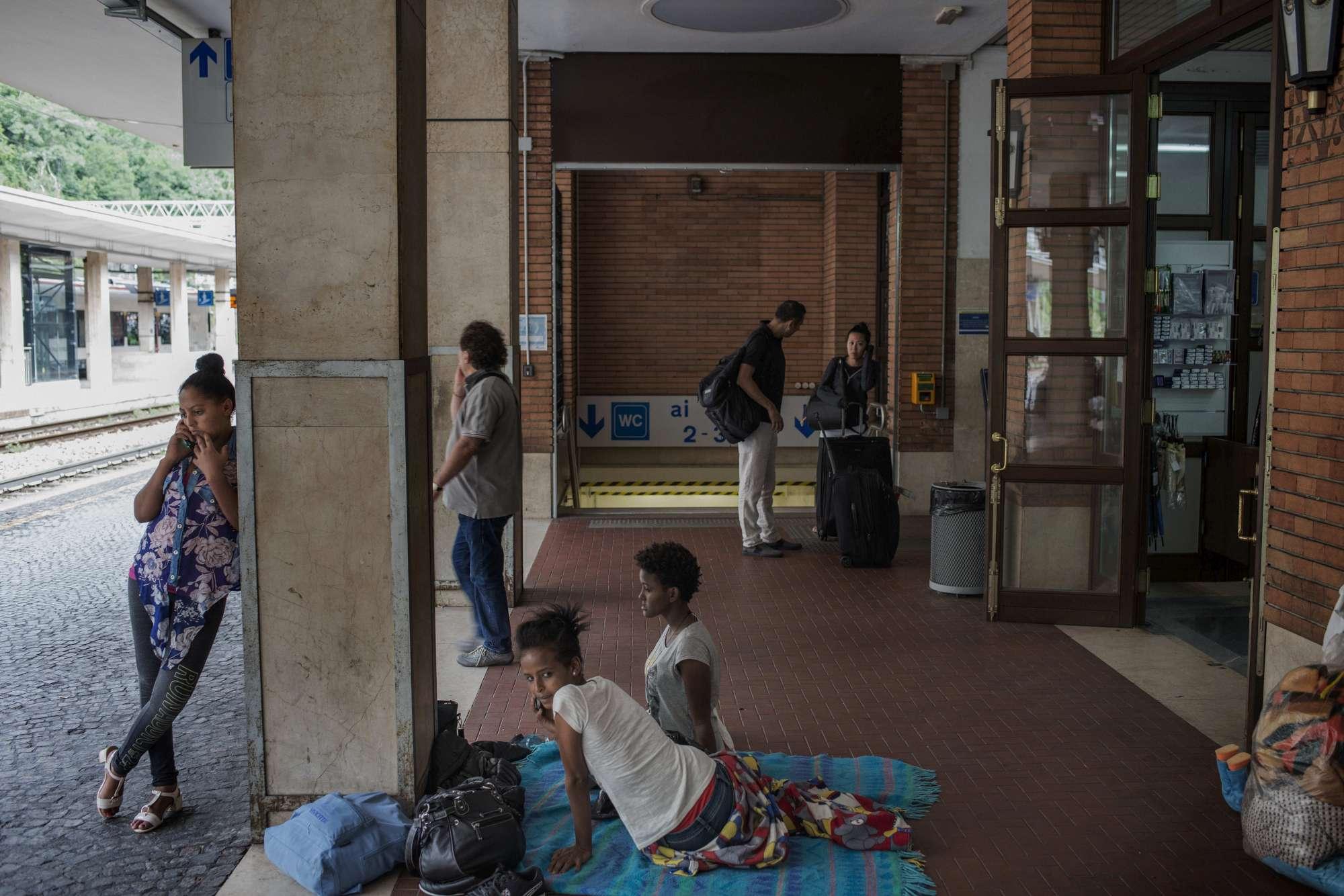 Migranti a Como, trovata area per accoglienza