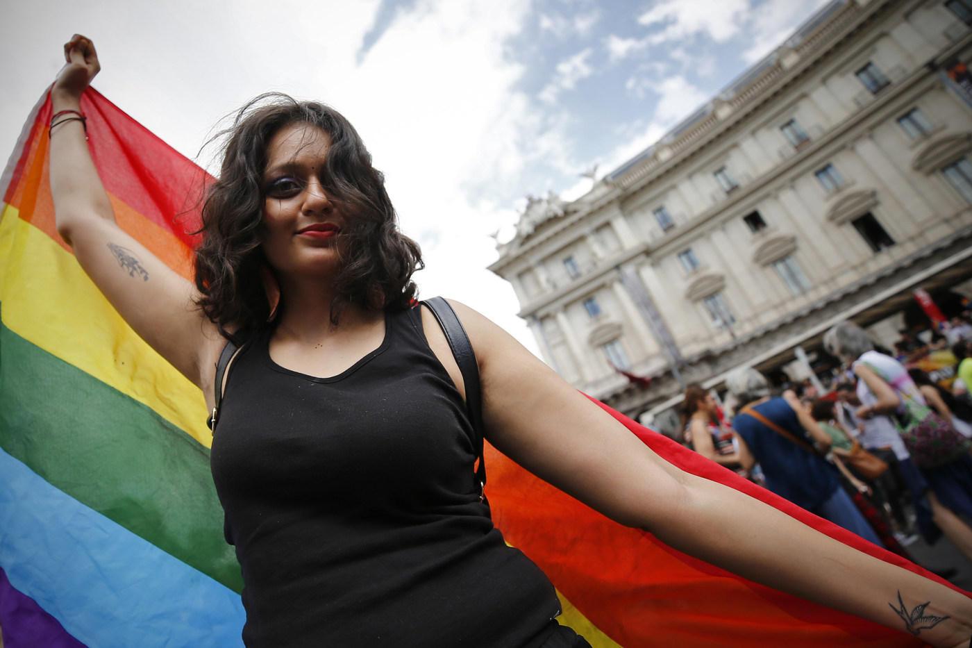 Roma Pride, migliaia in piazza per la  resistenza arcobaleno