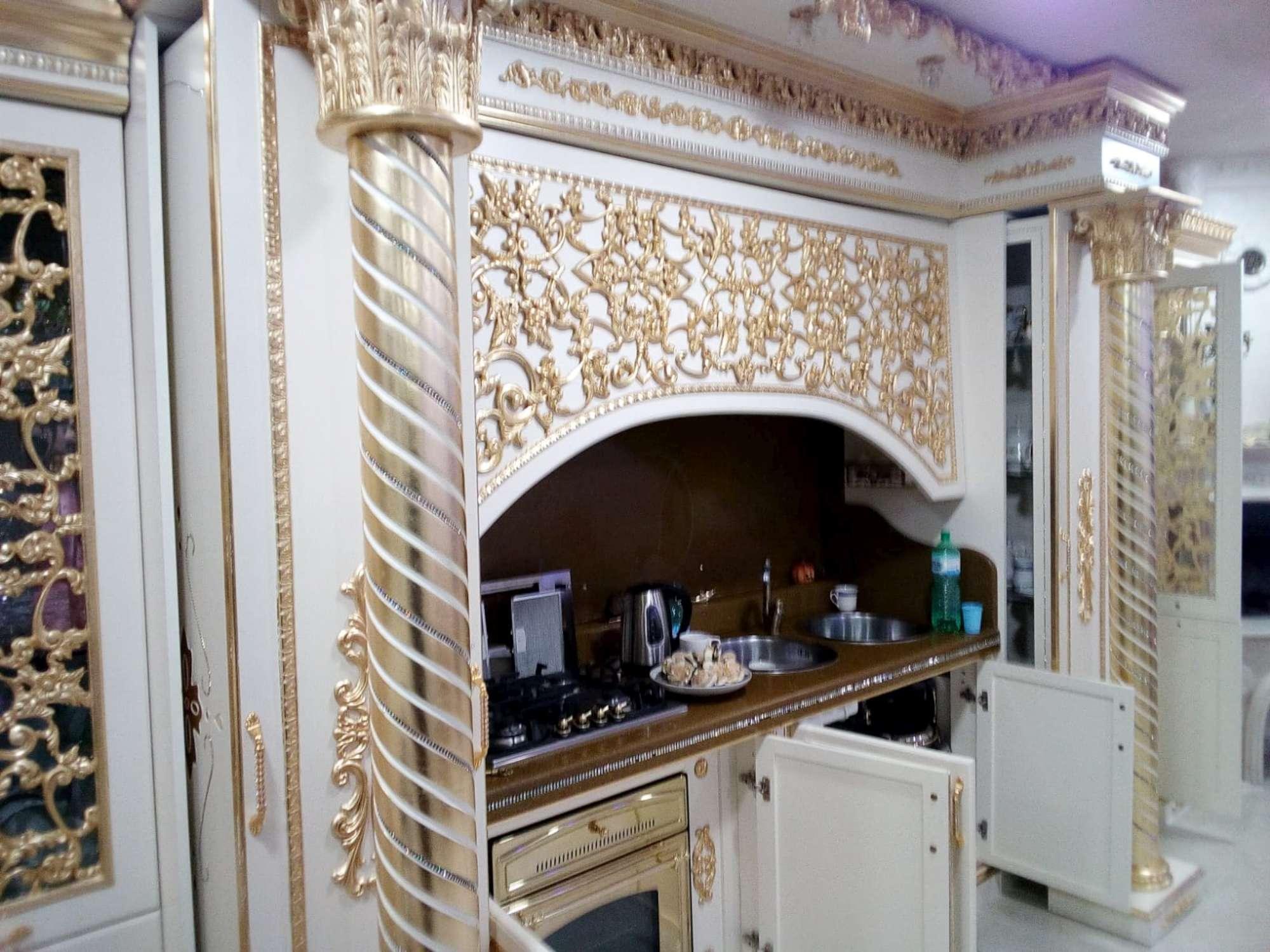 Tendaggi, statue e letti a baldacchino: gli interni delle ville dei Casamonica
