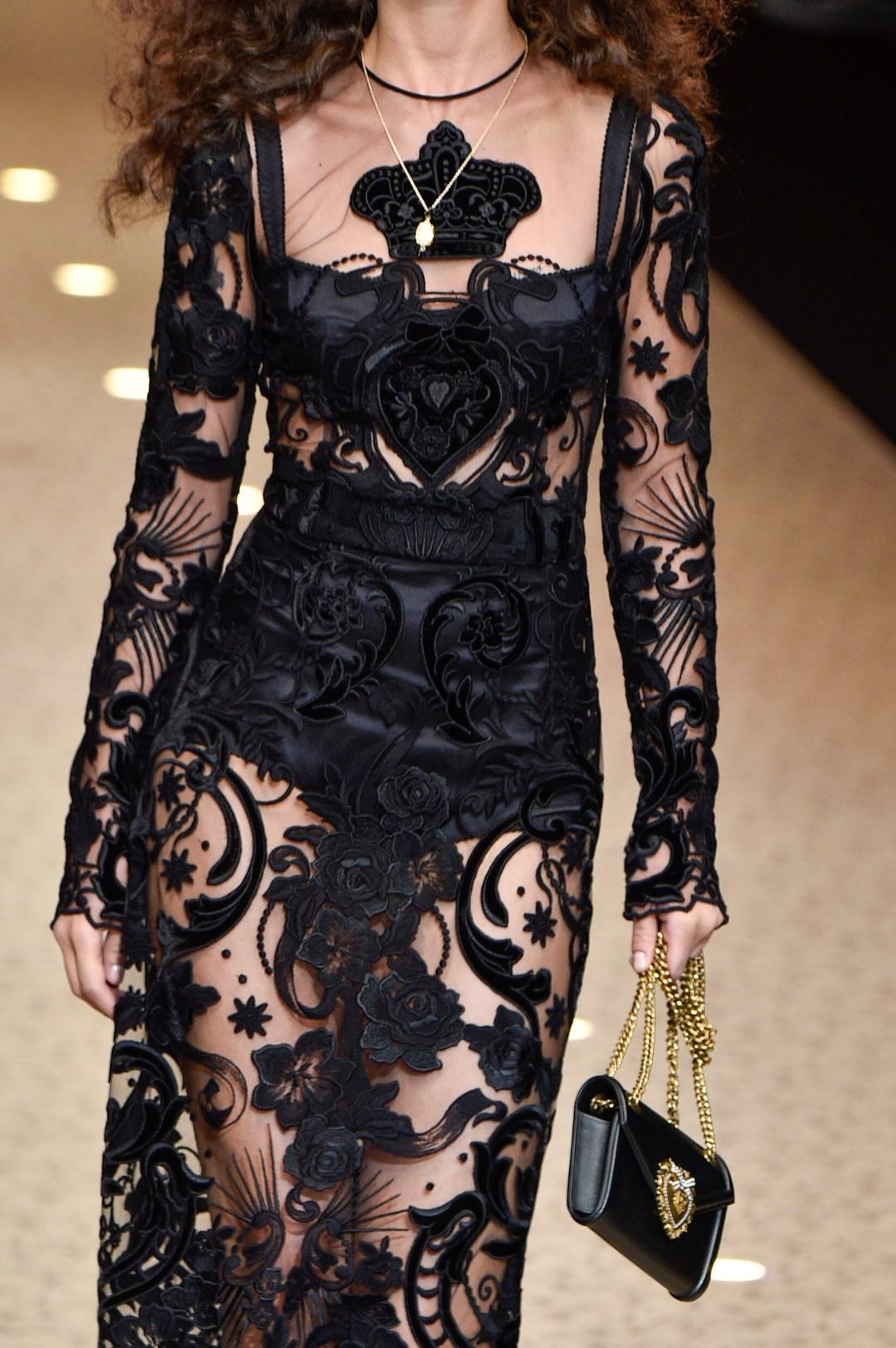 Velvet, lace, feathers and sparkling flares: the evening dress is sparkling