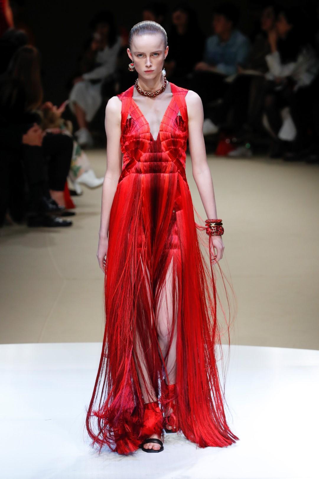 Një fustan i kuq: propozimet e projektuesve ndezin Krishtlindjet