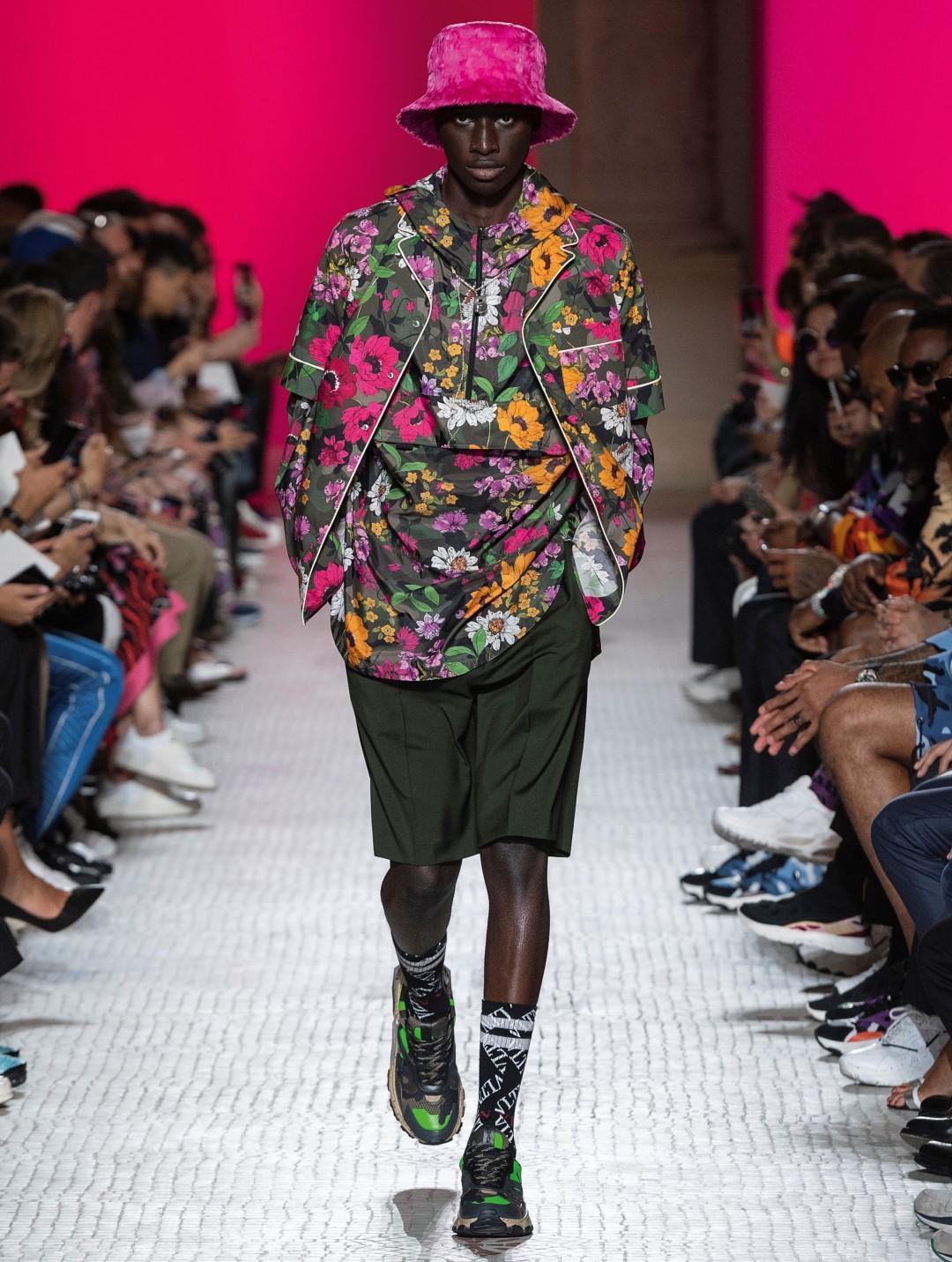 Uomo, moda di primavera: che ne direste di vestirvi di fiori?