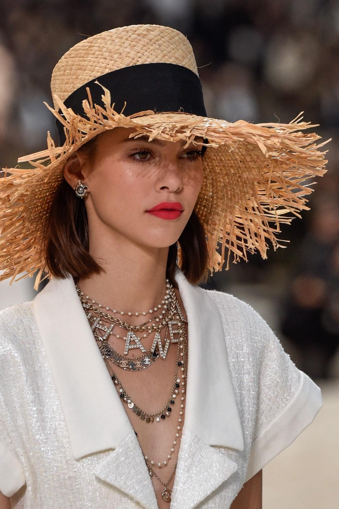 Cappelli di paglia, fiori tra i capelli, foulard: i trend dell'estate