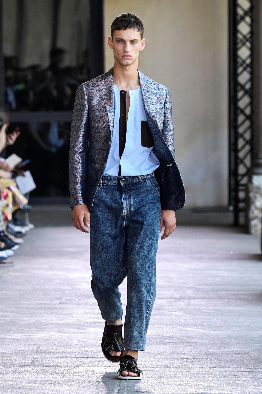 Uomo, è 'wide-leg' mania: come si porta il jeans di stagione