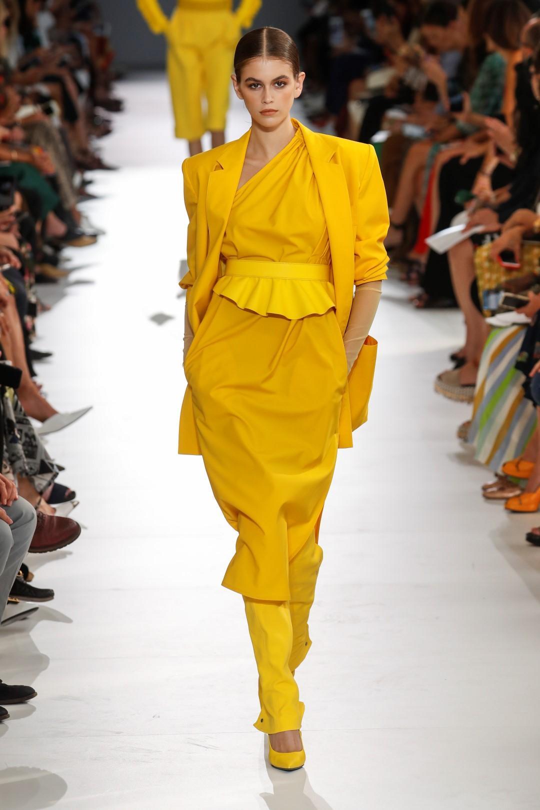 Festa della donna, il giallo esplode in passerella