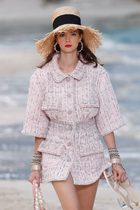 La donna Chanel sfila sulla sabbia