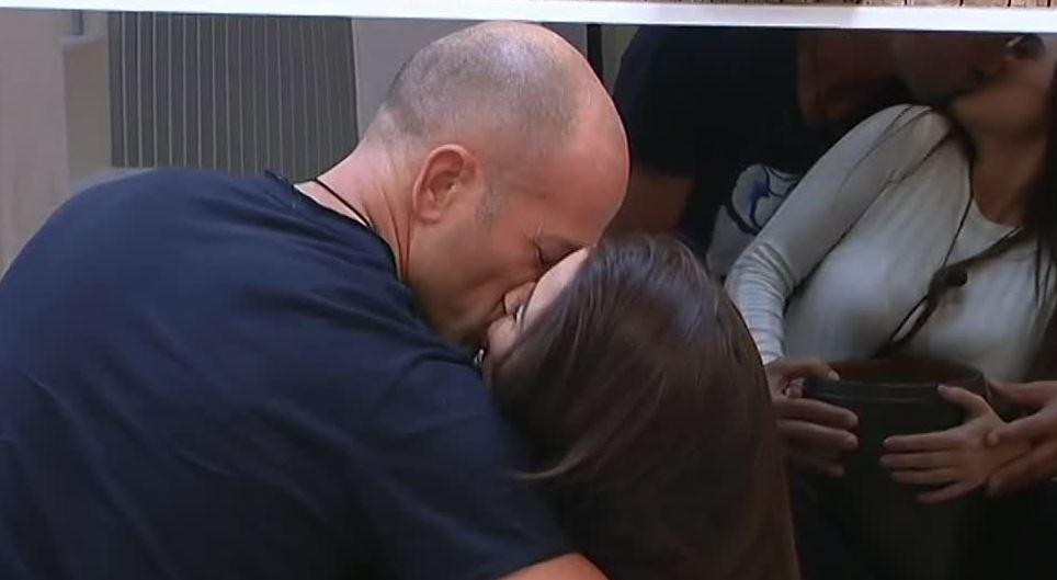 Grande Fratello Vip, Stefano e Alessia... bacio da film