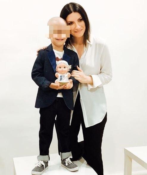 Laura Pausini presenta le Baby Pelones: le bambole per i piccoli malati oncologici arrivano anche in Italia