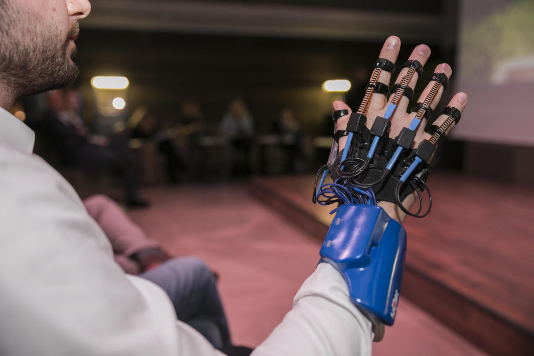 Premio Chivas Venture, Italia rappresentata da Limix: un guanto High-tech che dà voce ai sordomuti