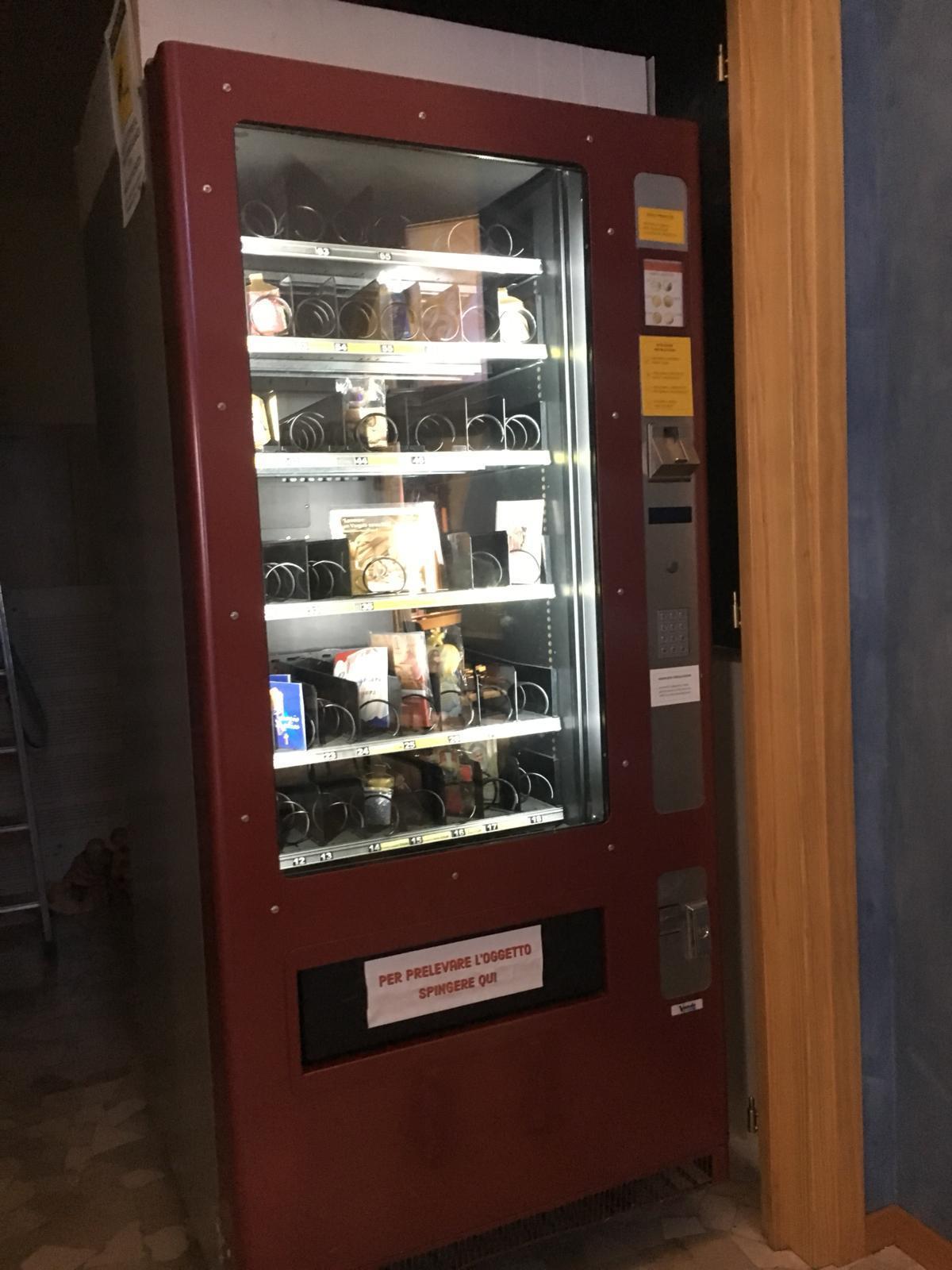 Riccione, in chiesa spunta il distributore automatico di santini e rosari