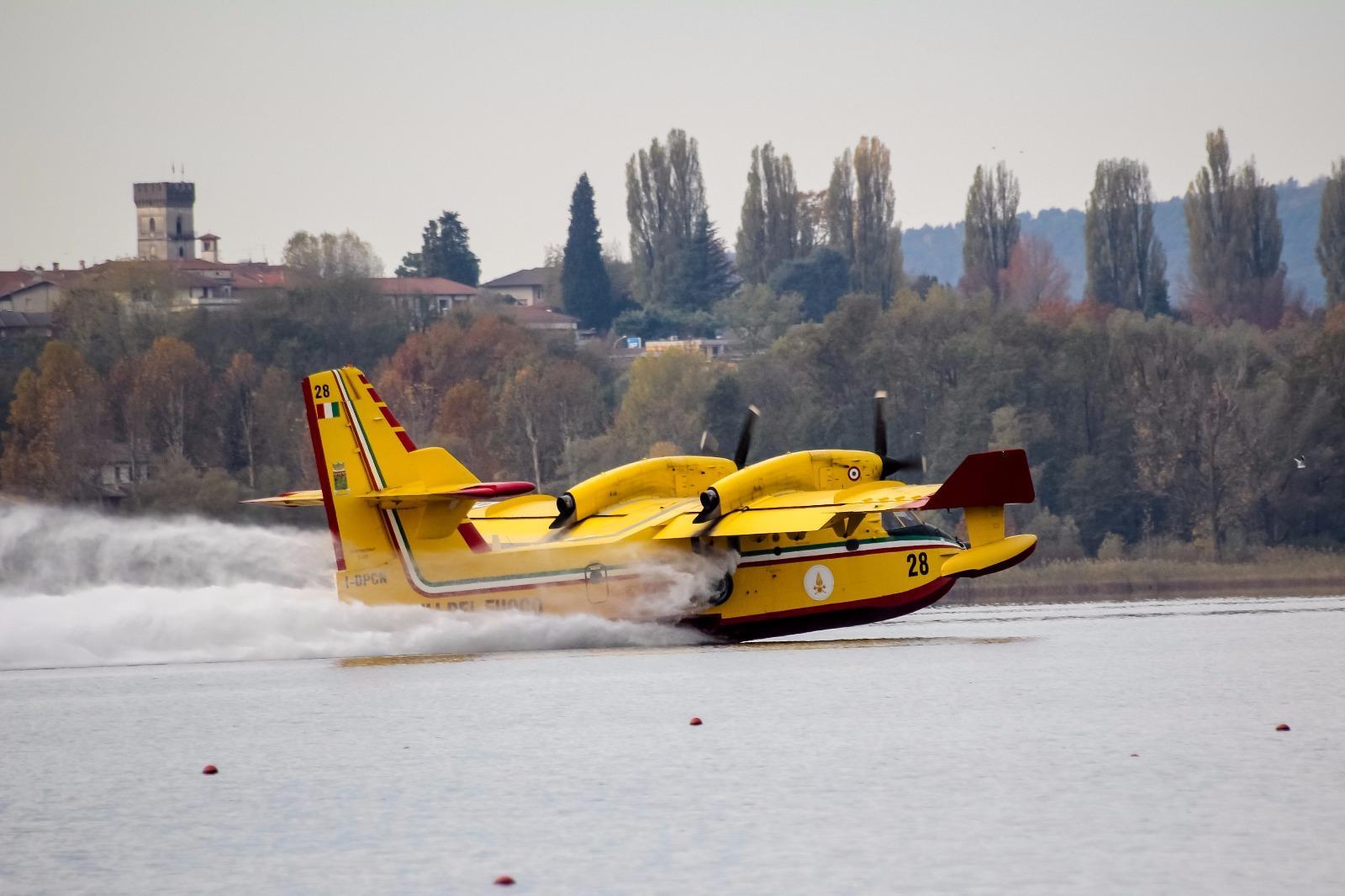 Incendi anche in Lombardia, canadair in azione a Varese
