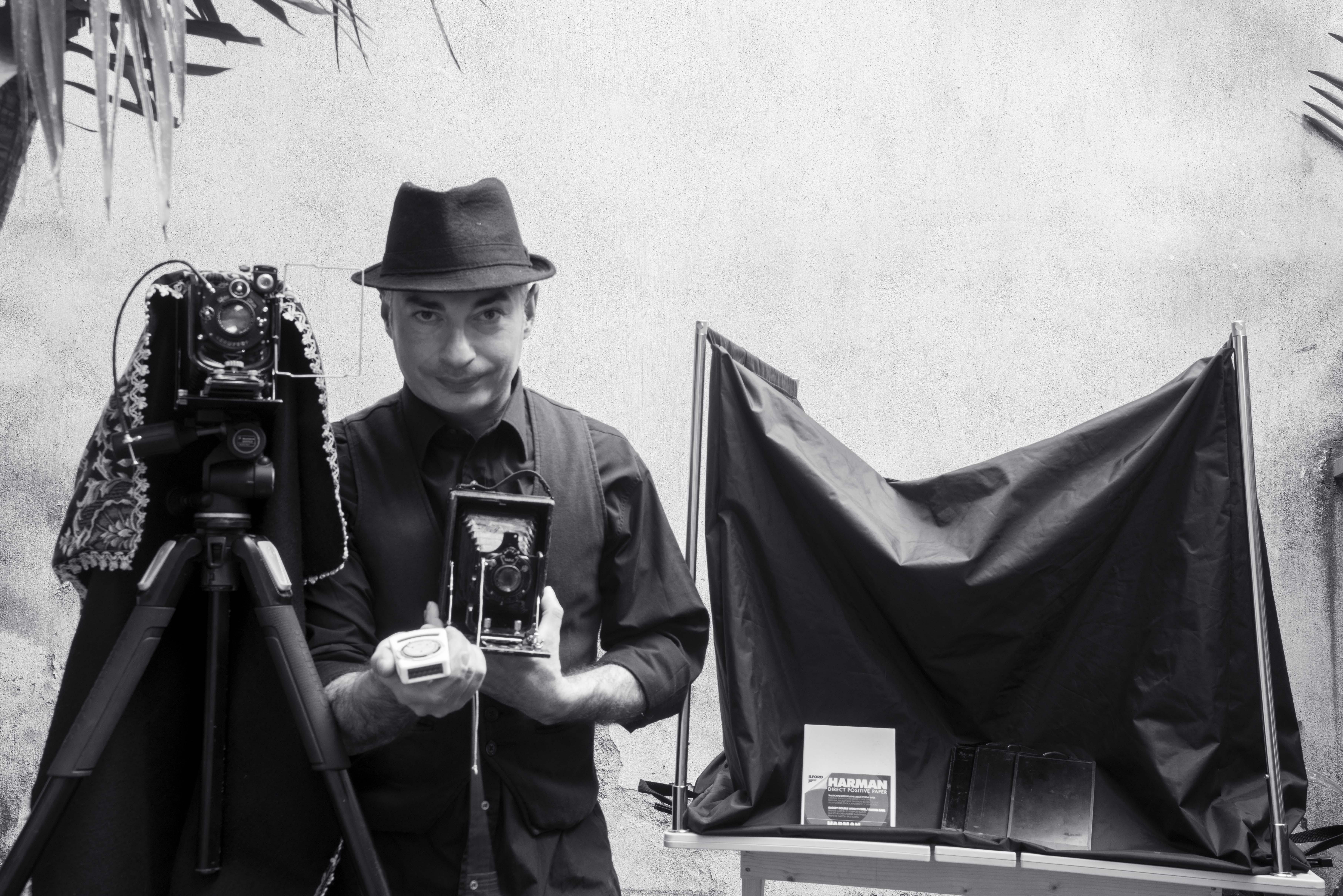 In Sicilia l ultimo fotografo armato di camera oscura e solventi