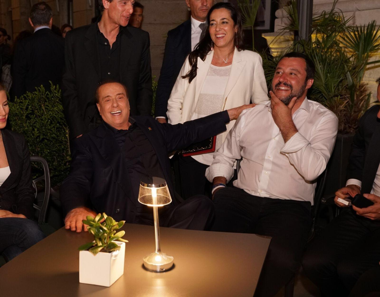 Berlusconi e Salvini, abbracci e risate a cena a Trieste
