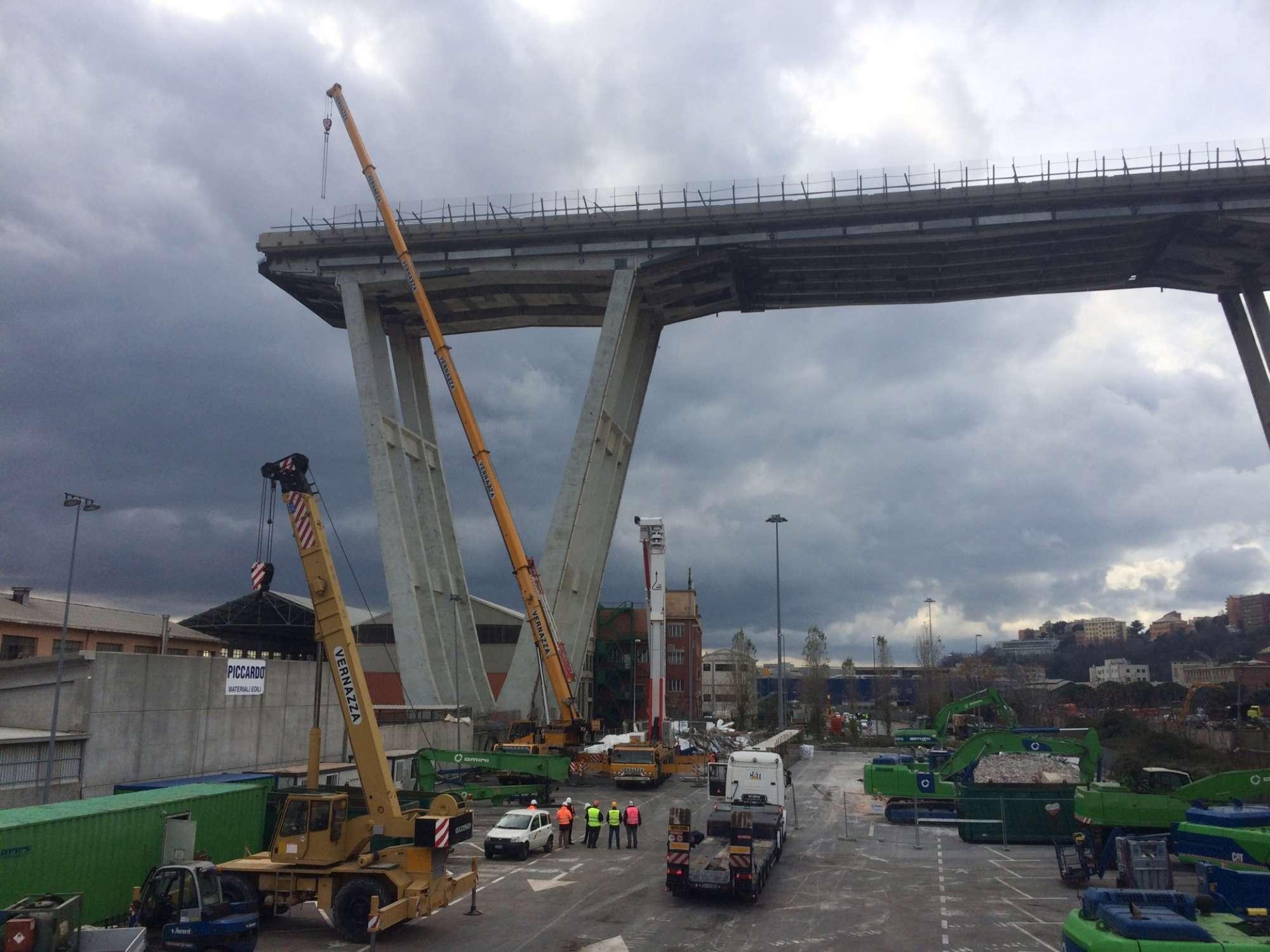 Genova, iniziato lo smontaggio del ponte Morandi