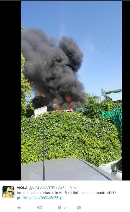 Roma, paura nube tossica: a fuoco un deposito di auto in centro