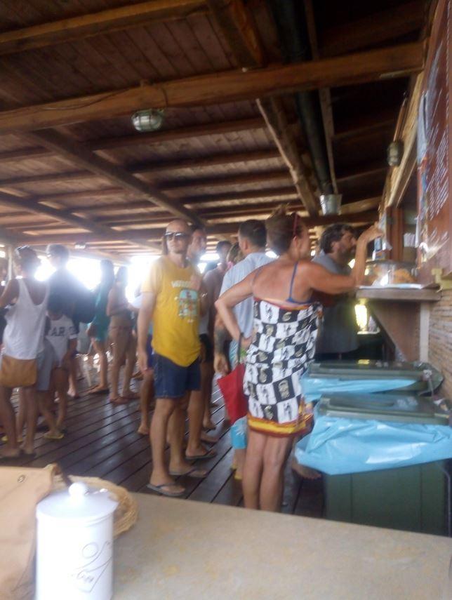 Francesco Totti in fila per l insalata di riso a Sabaudia