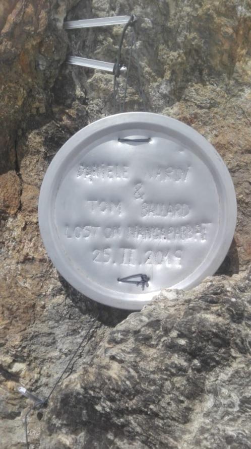 Una targa di latta in memoria di Daniele Nardi e Tom Ballard sul Nanga Parbat