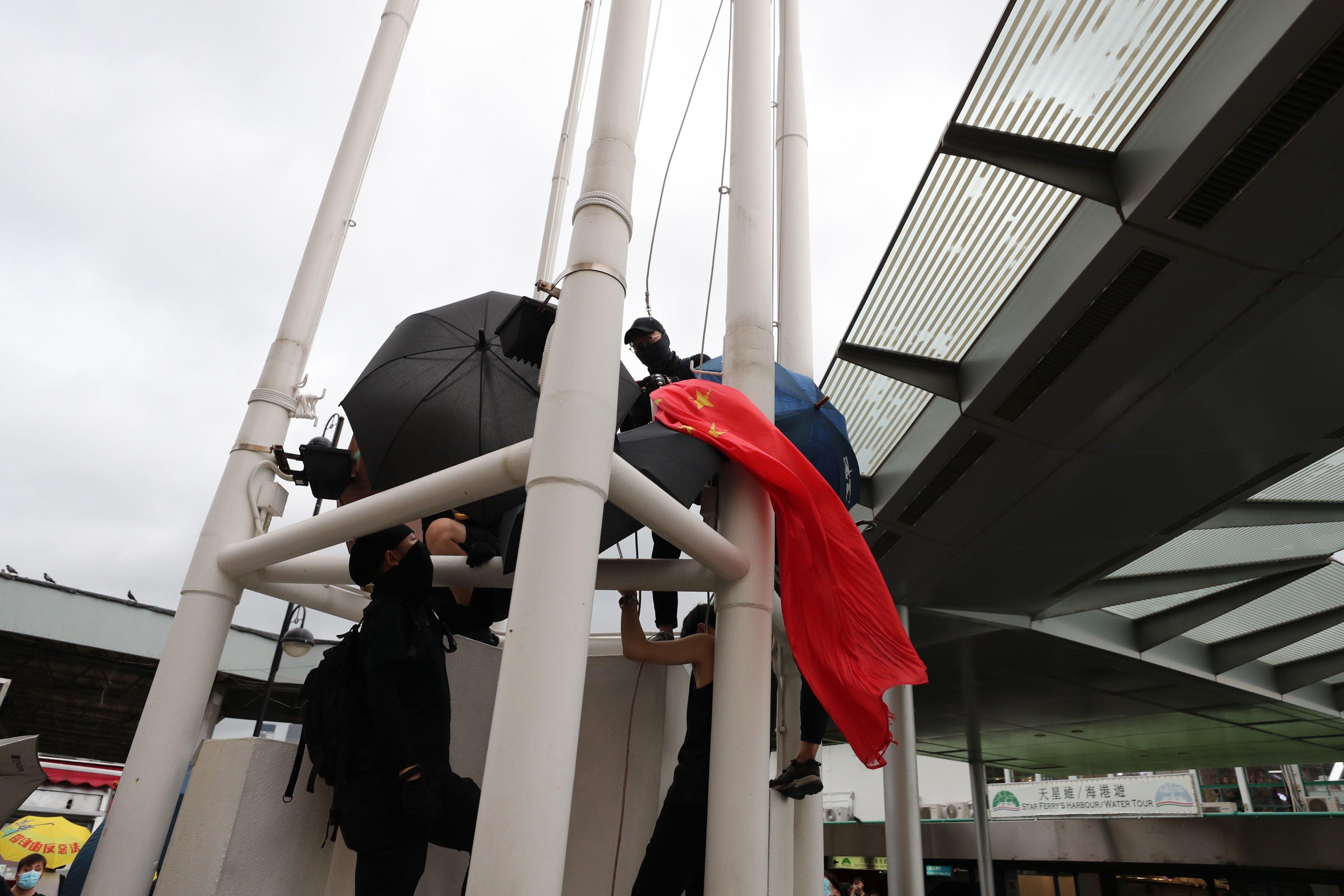 Hong Kong, manifestante strappa la bandiera della Cina