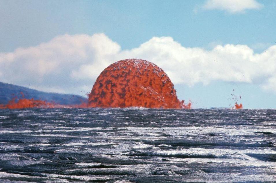 Eruzione nel Pacifico, la foto della bolla di lava diventa virale a 50 anni dallo scatto