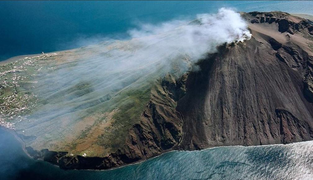 Stromboli, eruzione spaventa i turisti