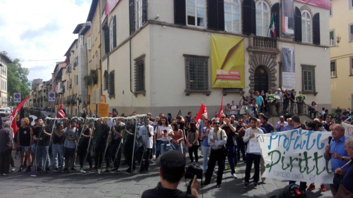 Buffone, vattene a casa : Matteo Renzi contestato anche a Lucca