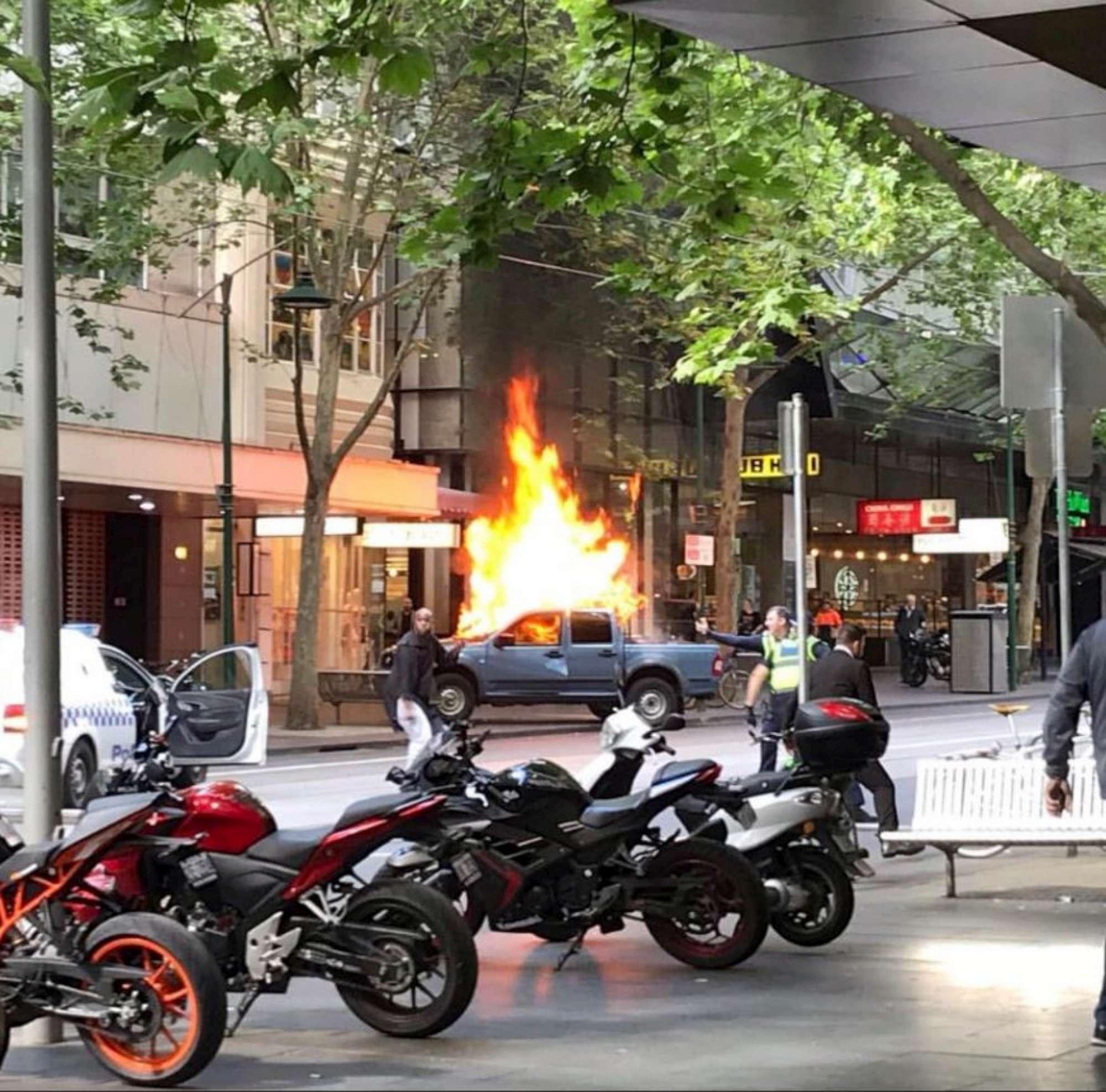 Melbourne, incendia la sua auto e pugnala diverse persone: arrestato