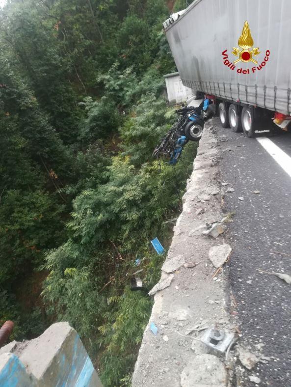 Camion sfonda il guardrail e resta in bilico nel vuoto su un viadotto dell A6