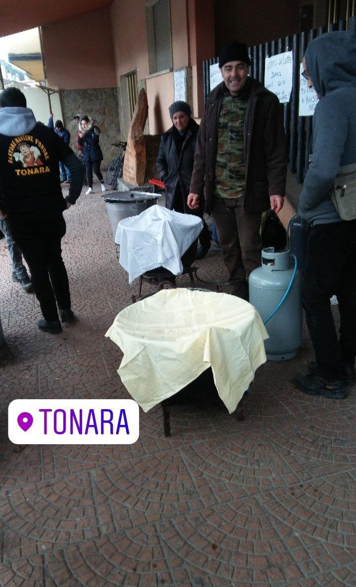 Sardegna, alcuni pastori regalano il latte (anziché buttarlo)