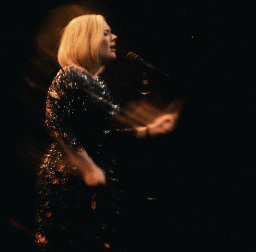 Adele, una pioggia di bigliettini d amore dal suo Simon
