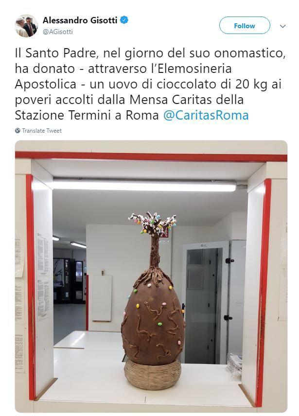 Roma, il Papa regala un uovo di cioccolato ai poveri della stazione
