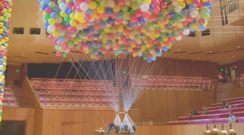 Sydney, l artista disabile Noemi Lakmeier appesa a 20mila palloncini per combattere la paura della felicità
