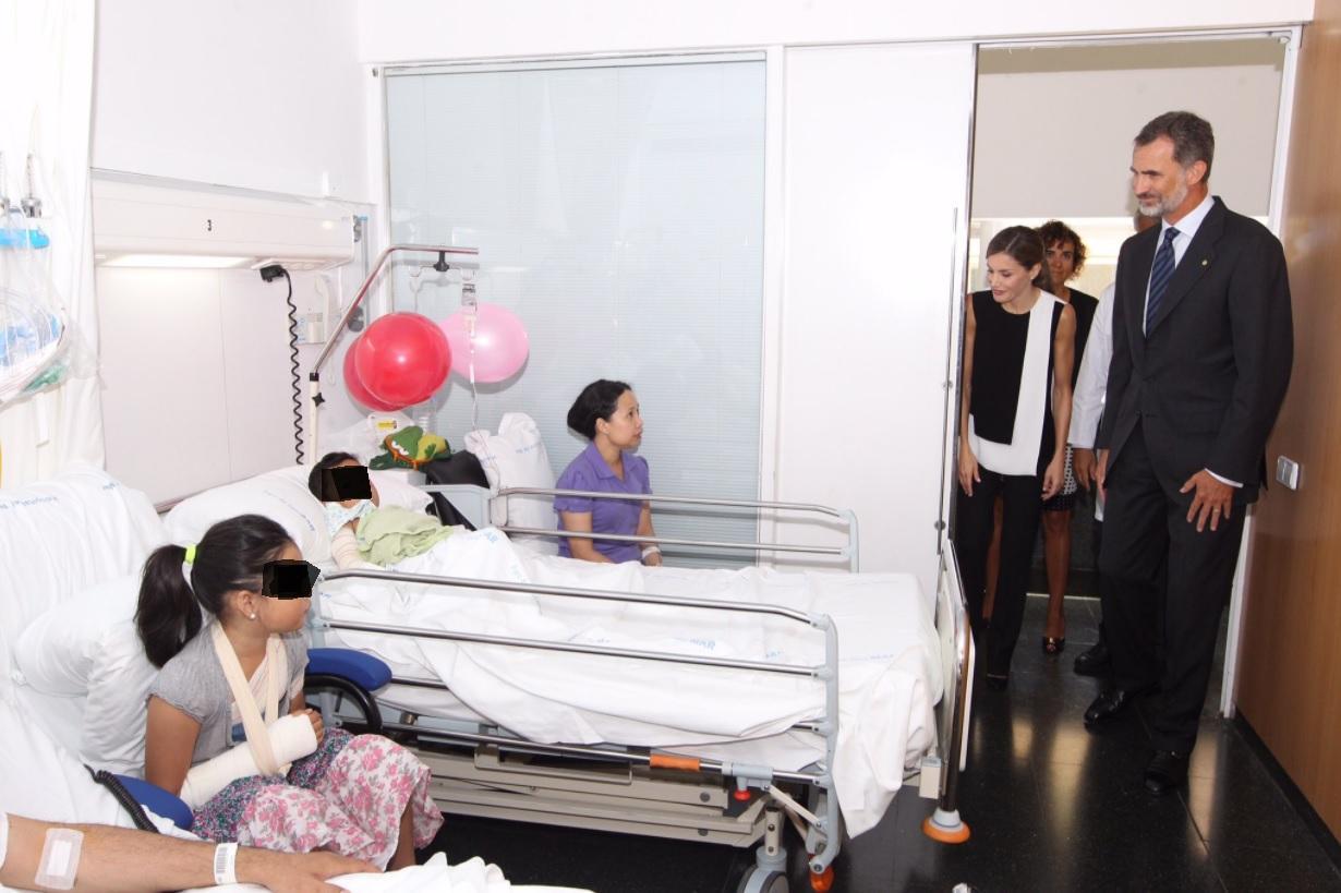 Letizia e Felipe in ospedale dai feriti della Rambla