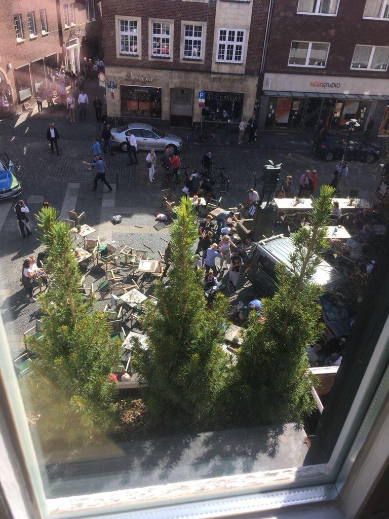 Furgone sulla folla a Munster, i primi soccorsi