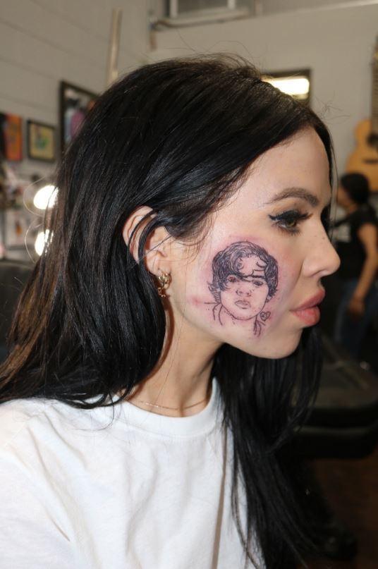 La cantante Kelsy Karter si è tatuata in faccia Harry Styles