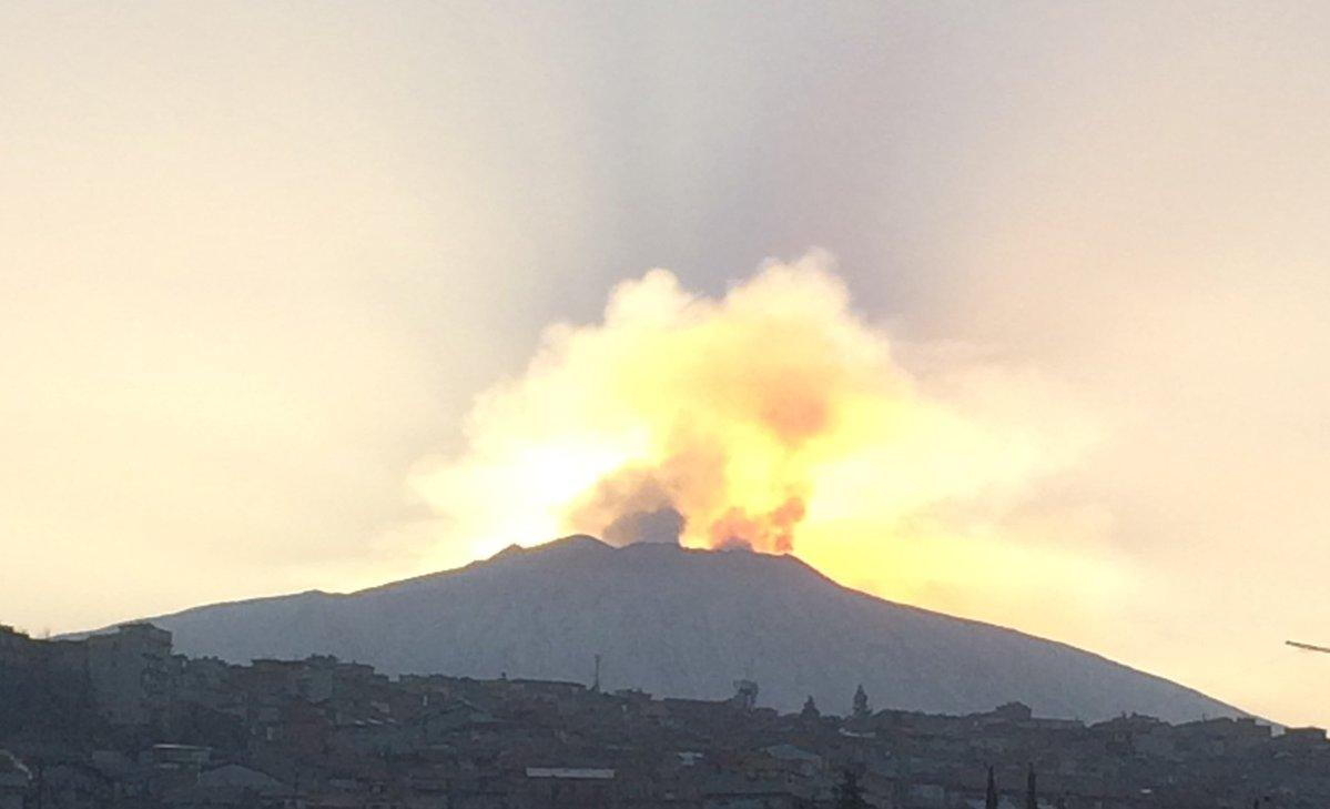 Sicilia, l Etna torna ad eruttare: le immagini spettacolari