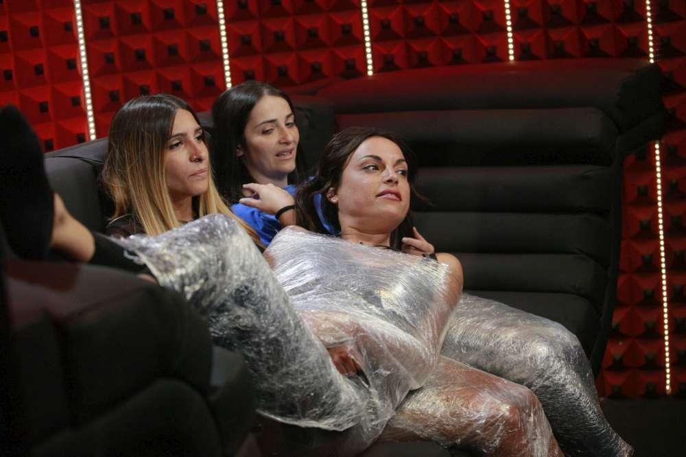 Grande Fratello 16  , Francesca, Erica e Serena finiscono... avvolte nel cellophane