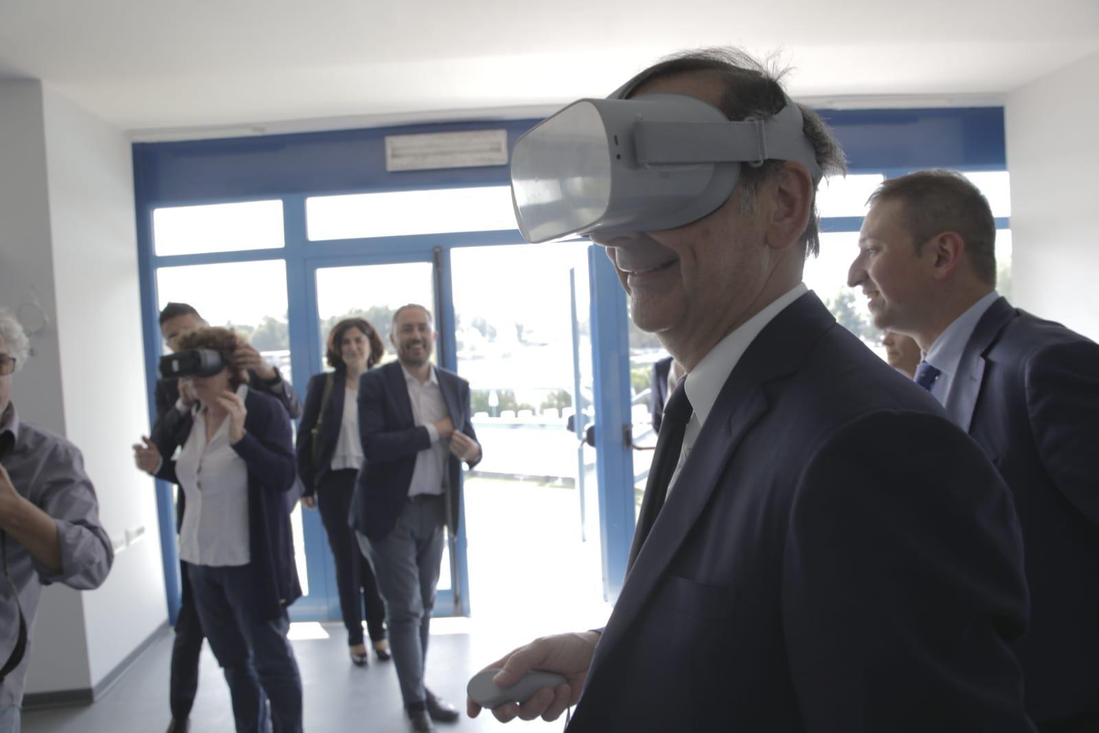 Il sindaco Sala prova la realtà virtuale