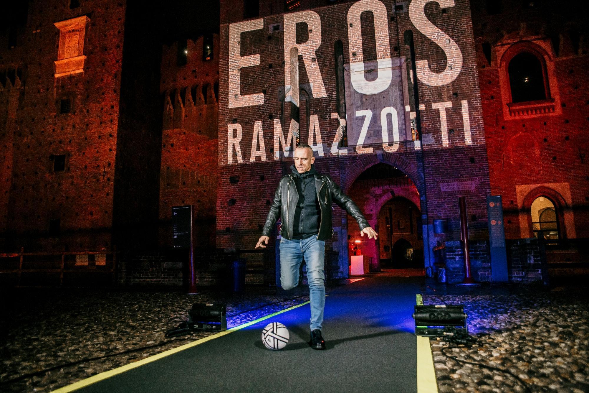 Eros Ramazzotti presenta il suo nuovo album al Castello Sforzesco di Milano