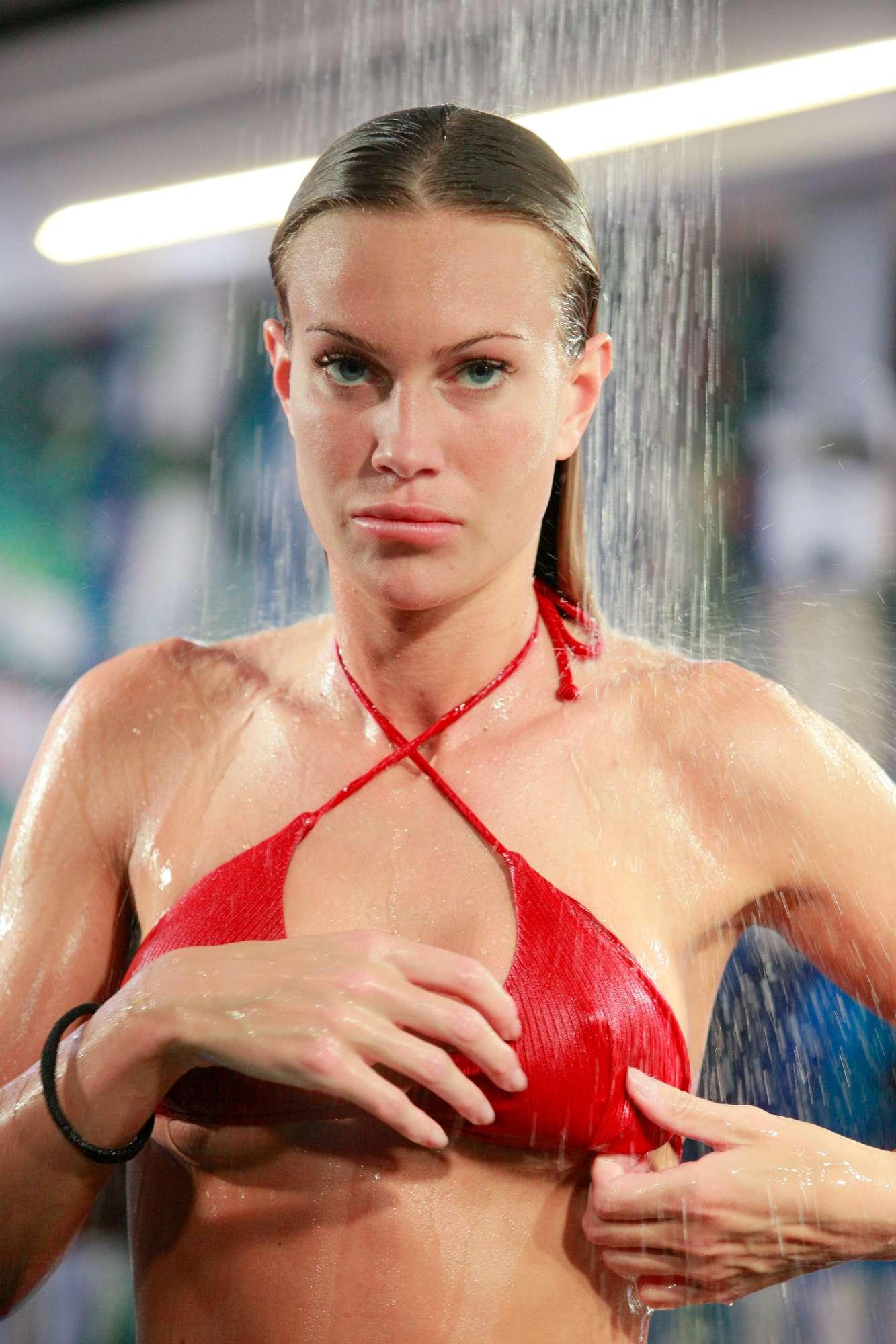 Micro-bikini e fisico perfetto, Taylor rende hot il  Grande Fratello